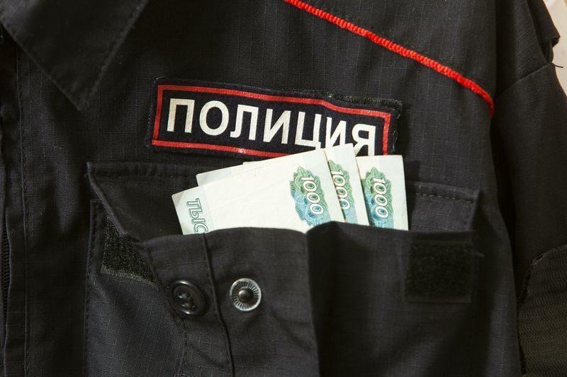 Волгоградец пытался дать взятку полицейскому в 100 тысяч