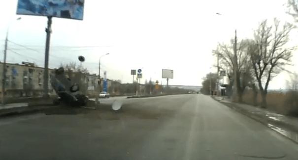 В Волгограде перевернулась «Лада», пытаясь проскочить на красный свет