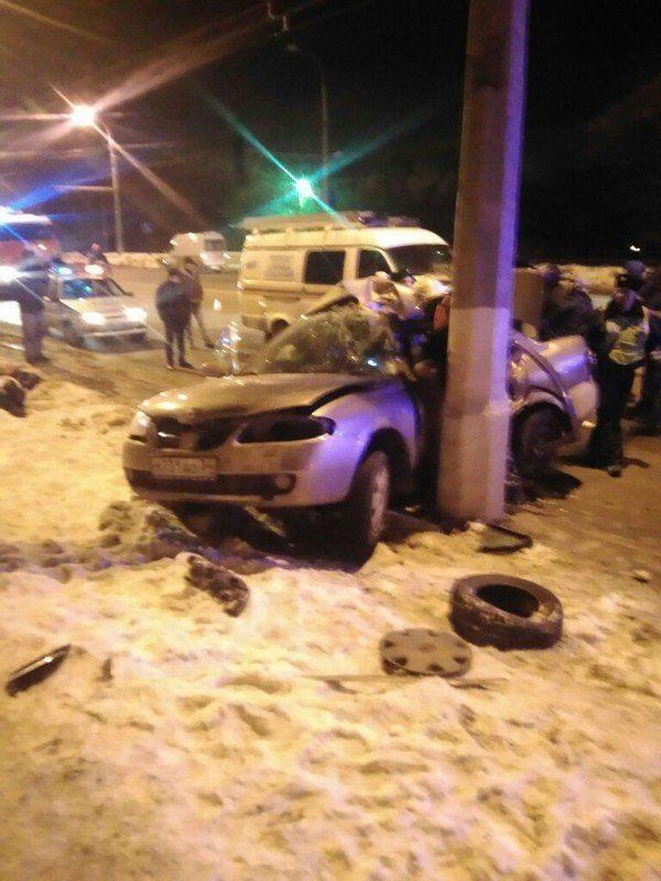 В Волгограде водитель иномарки погиб, влетев на скорости в столб
