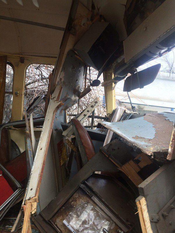 Ранним утром грузовик врезался в трамвай
