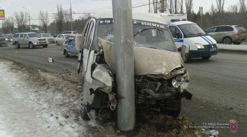 В Волгограде маршрутка снова врезалась в столб: есть пострадавшие