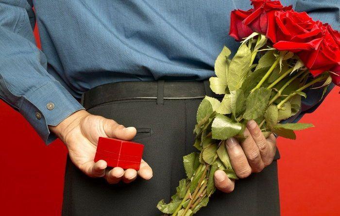Мужчина преподносит подарок женщине