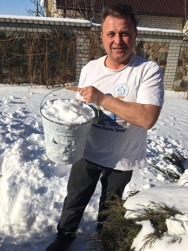 Депутат Волгоградской облдумы добывает воду из снега