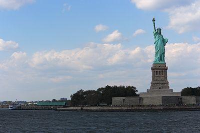 На статую Свободы повесили шестиметровый баннер с обращением к беженцам