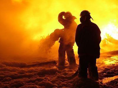 На волгоградской автостоянке при пожаре погиб мужчина и сгорели шесть машин
