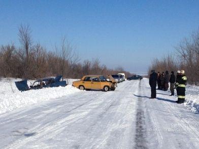 Под Волгоградом произошло лобовое столкновение легковушек: есть пострадавшие