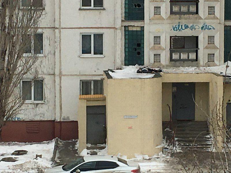 На севере Волгограда с крыши высотки упал 14-летний школьник