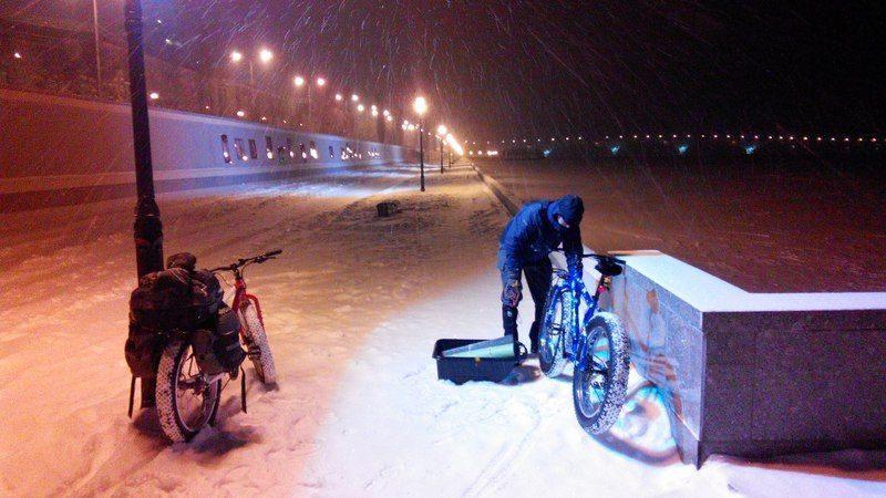 Потомок героя Родимцева отправился в Волгоград по льду Волги на велосипеде