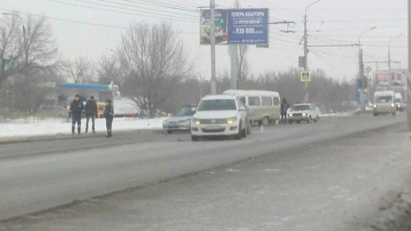 На юге Волгограда маршрутка влетела в бетонный столб