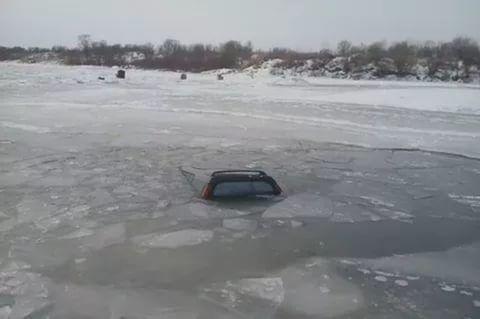 В Волгограде «Нива» с людьми ушла под лед