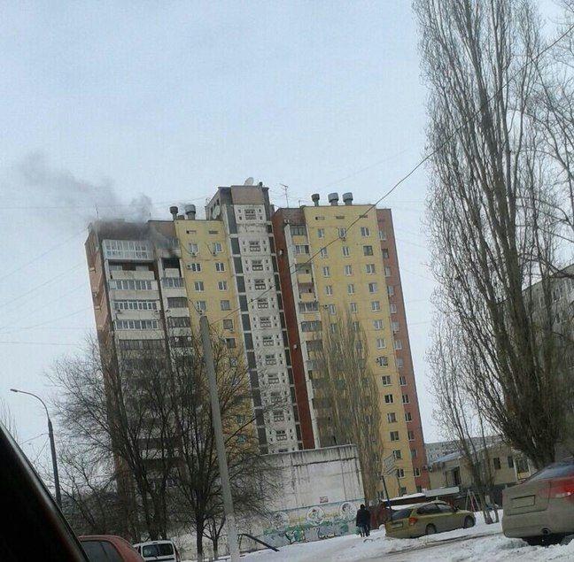 В Волгограде сотрудники МЧС из горящей квартиры спасли пять человек