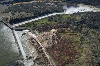 Экстренная эвакуация: самая большая плотина в США может обрушиться