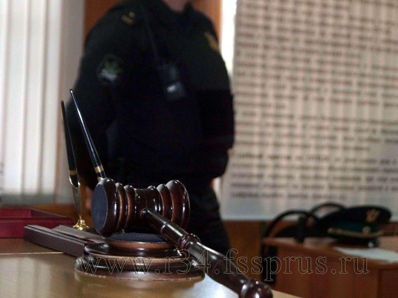 За нападение на приставов вслед за сыном осуждена и буйная мать
