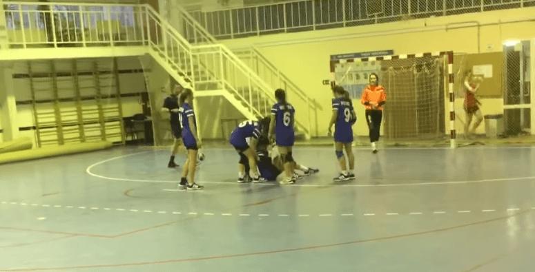 В Волгограде юная гандболистка ударила соперницу ногой по лицу