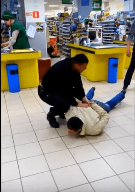 В Волгограде охранники заковали в наручники буйного покупателя. ВИДЕО