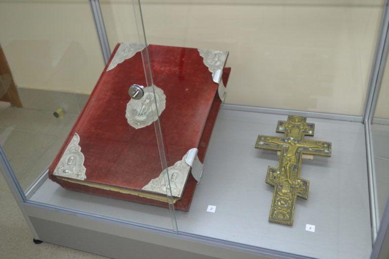 В Волгограде с выставки украли Евангелие и 200-летний крест