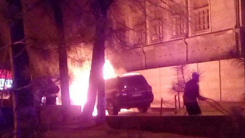 В центре Волгограда ночью подожгли дорогой внедорожник