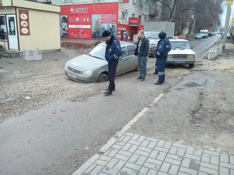 В Волгограде легковой автомобиль «ушел» в асфальт