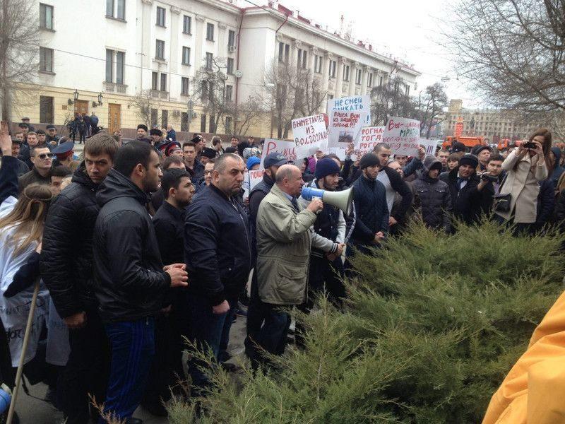Волгоградцы подарили Навальному фашистскую каску