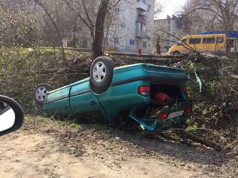 На юге Волгограда лихач на «Ниссан» вылетел в кювет и перевернулся