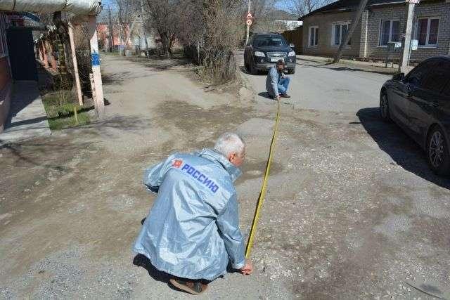 Активисты провели рейд по «убитым» дорогам Дзержинского района