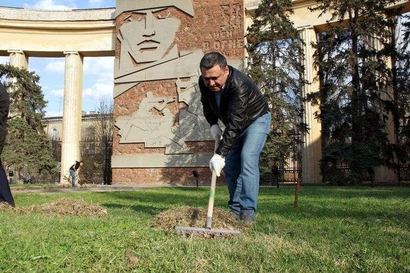 Волгоградские депутаты устроили фотосессию с граблями и лопатами