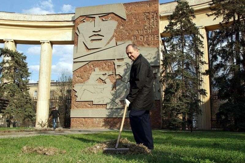 Волгоградские депутаты устроили фотосессию с граблями