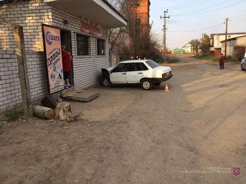 Под Волгоградом лихач на легковушке въехал в стену магазина: есть пострадавшие