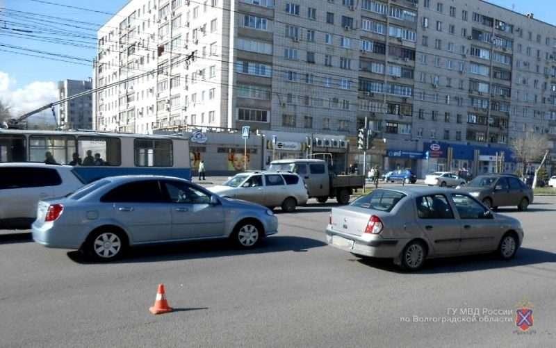 На севере Волгограда водитель иномарки сбил школьника «на зебре»