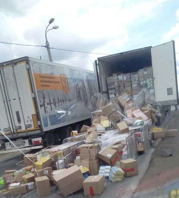 В Волгограде фура растеряла на дороге коробки с продуктами