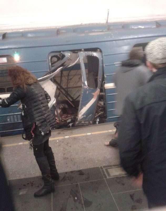В петербургском метро в вагоне поезда произошел взрыв. Трансляция