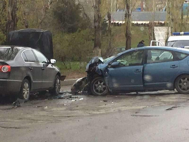 В Волгограде лоб в лоб столкнулись Toyota и Volkswagen