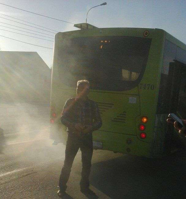 На юге Волгограда из автобуса №77 на ходу повалил дым