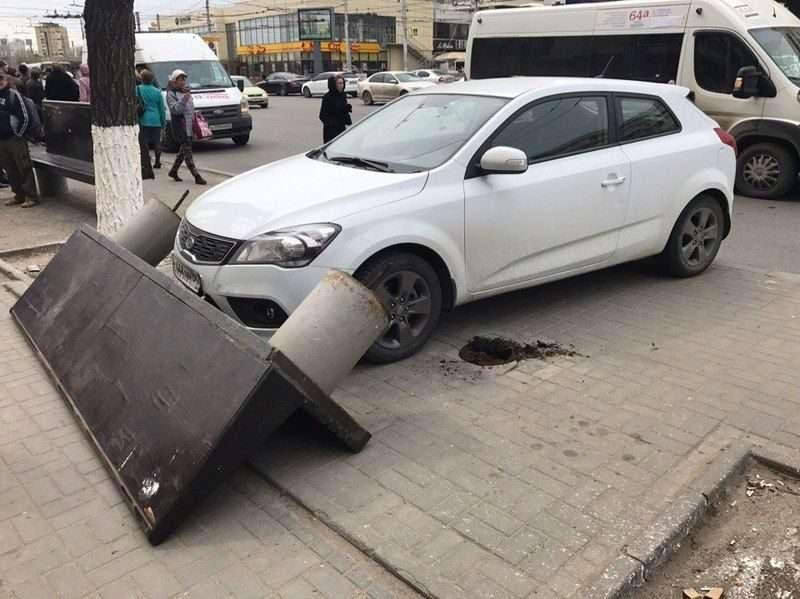 В центре Волгограда автомобиль без водителя устроил ДТП