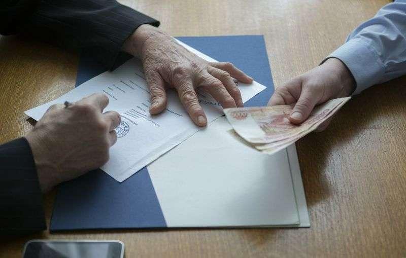Чиновника обладминистрации осудили на 3 года за взятку