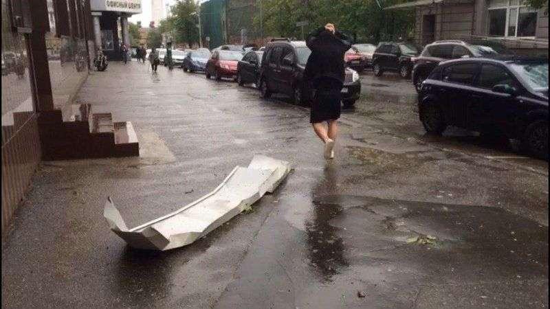 В Москве мощный ураган валит деревья и срывает крыши