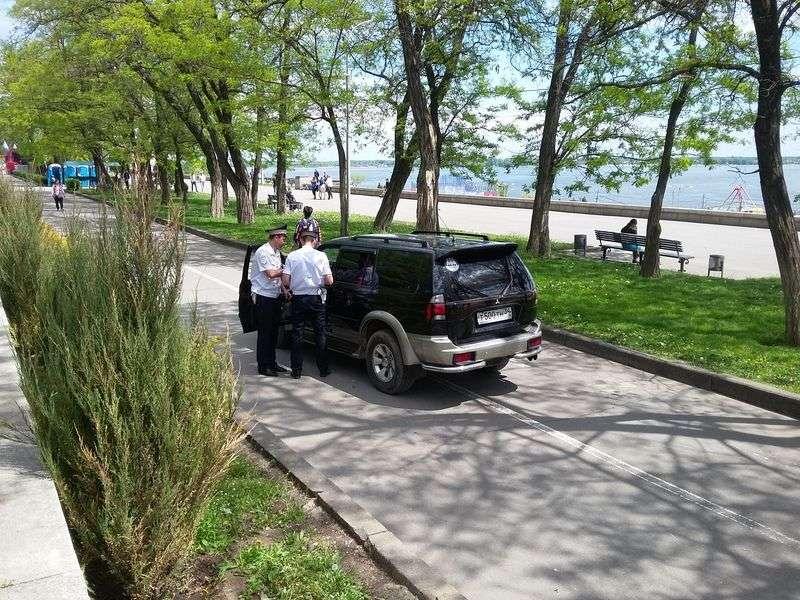 В Волгограде водитель на внедорожнике рассекал по пешеходной зоне Центральной набережной