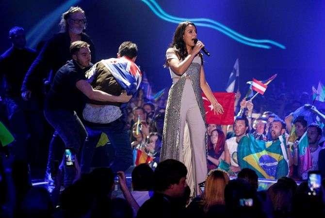 """Пранкер на """"Евровидении"""" со сцены показал всему миру свою пятую точку"""