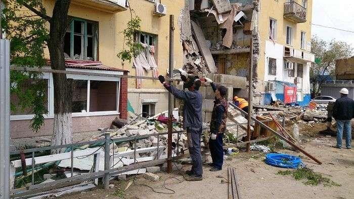 В Волгограде вокруг разрушенного взрывом дома возводят двухметровое ограждение