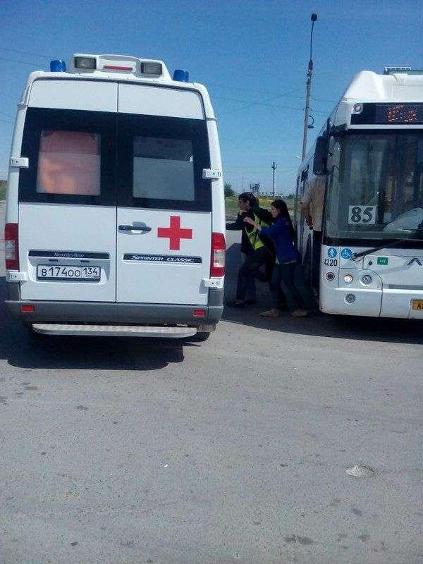 В Волгограде автобус протащил зажатую дверью пассажирку по дороге