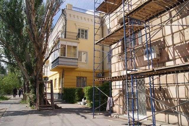 В центре Волгограда обновляют фасады жилых памятников архитектуры