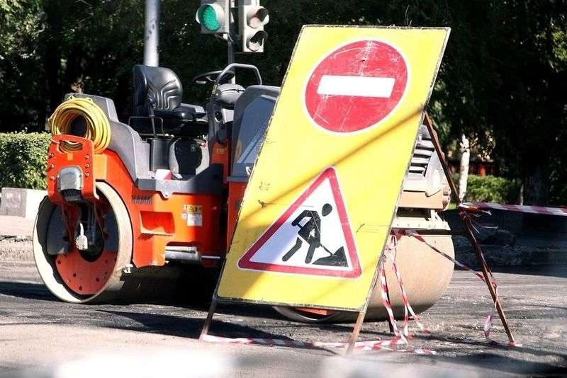 В Волгограде дорожному ремонту улицы Пархоменко мешают дожди