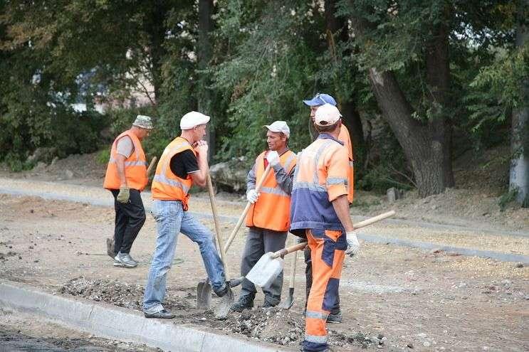 На улице Елецкой в Волгограде обновляют дорожное полотно