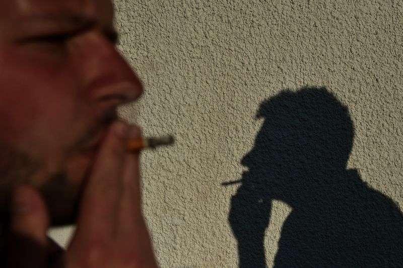 Волгоградцам хотят запретить курить в парках и подъездах