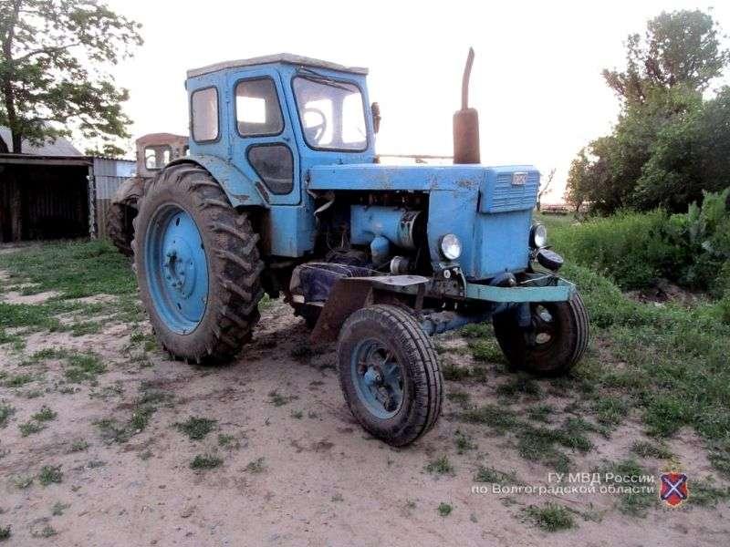 Житель села Аксай со злости въехал на тракторе в забор и машину соседа