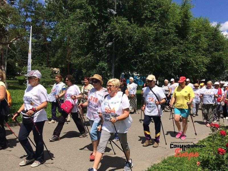 Телеведущая Лариса Вербицкая научила волгоградцев ходить с палками