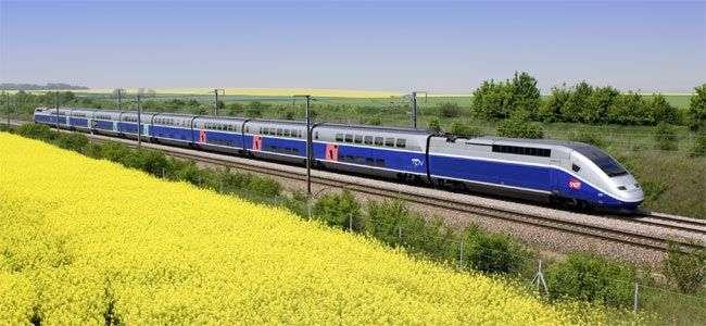Смерть по-французски: мужчина привязал скотчем жену к рельсам перед движущимся поездом