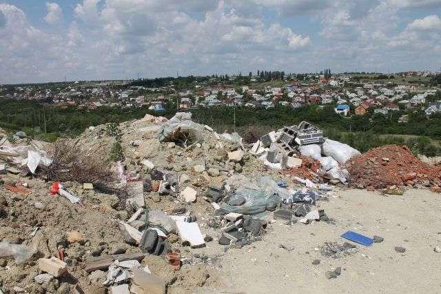 Природный комплекс в Кировском районе заливают жидкими отходами из хосписа