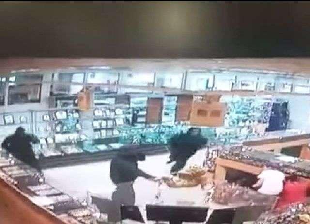 Ограбивший ювелирный салон в Камышине пустил себе пулю в лоб при штурме квартиры в Саратове