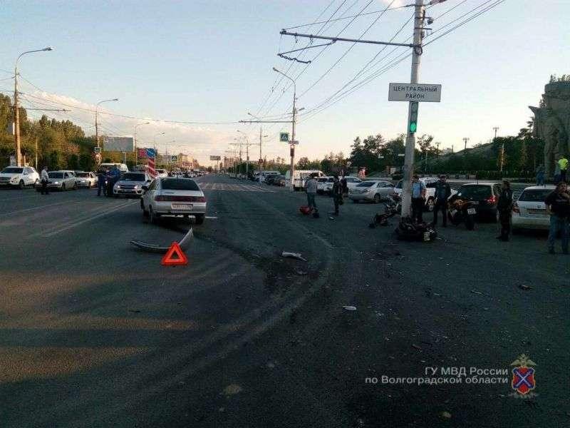 В центре Волгограда ВАЗ столкнулся с мотоциклом: пострадали парень и девушка